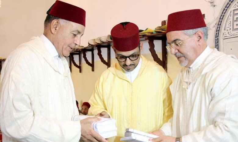 Le chambellan du Roi Mohamed El Alaoui remet un don royal au profit des chorfas et des déclamateurs du Saint Coran en juillet 2016 à Meknès à l'occasion de Laylat Al Qadr (la nuit du destin) © DR