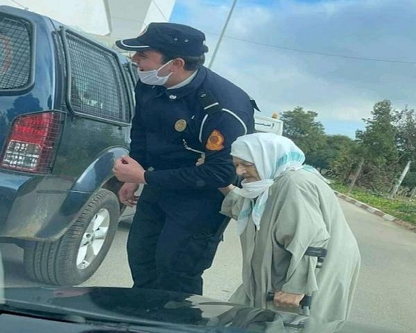 Un policier assistant une vieille dame en chemin vers le centre de vaccination anti-Covid-19 © DR