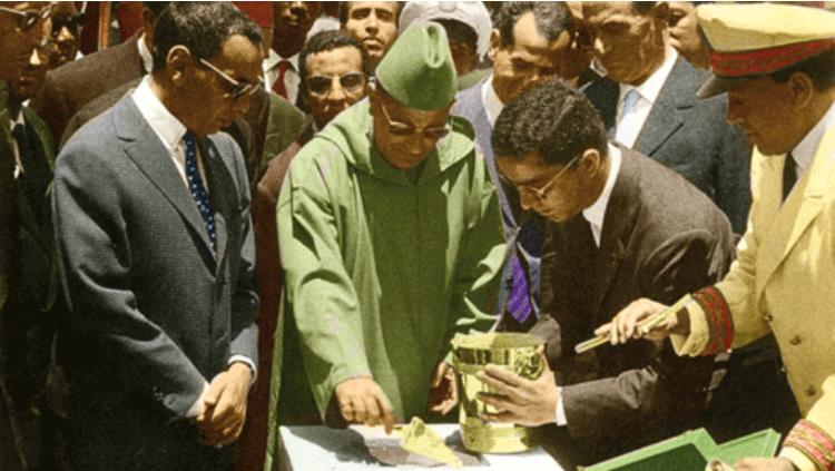 Le roi Mohammed V accompagné du prince héritier Moulay El Hassan lors de la pose de la première pierre de la raffinerie de Mohammedia le 25 juin 1960