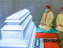 Mohammed VI se recueille sur la tombe du Hassan II