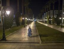 Une femme marchant dans les rues vides de Rabat pendant le couvre-feu, le 31 décembre 2020 © AP Photo/Mosa'ab Elshamy