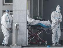 Des membres du personnel médical transportent un patient à l'hôpital de Jinyintan, où des patients infectés par un mystérieux virus semblable au SRAS sont traités, à Wuhan, dans la province centrale du Hubei en Chine, le 18 janvier 2020 © AFP