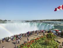 Des touristes contemplent les chutes de Niagara, en Ontario © Istock