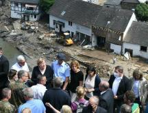 La chancelière allemande Angela Merkel (troisième en partant de la gauche, rangée du haut) s'est rendue le 18 juillet 2021 à Schuld, village ravagé par les inondations meurtrières © Christof Stache, pool, AFP