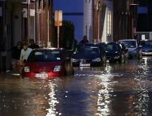 Belgique : une rivière de boue envahit la ville de Dinant