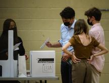 Justin Trudeau, Premier ministre canadien, vote sous le regard de sa famille, lors des élections législatives, à Montréal, au Canada, le 20 septembre 2021 © AFP