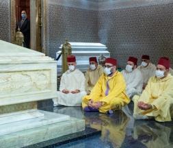 Le roi se recueille sur la tombe de Mohammed V