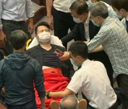 Hong Kong : les camps rivaux s'affrontent au sein de l'Assemblée législative