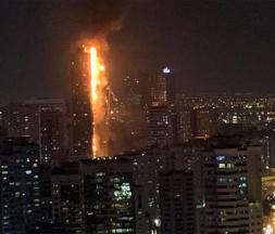 Émirats arabes unis : les flammes ravagent une tour de 45 étages