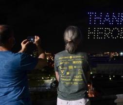 États-Unis : un spectacle de drones pour rendre hommage aux soignants