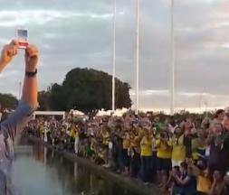 Atteint du Covid-19, Bolsonaro brave la quarantaine pour saluer la foule