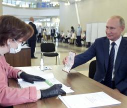 Vladimir Poutine dépose son vote sur ses réformes constitutionnelles