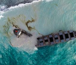 Marée noire : le navire échoué à l'île Maurice s'est brisé en deux