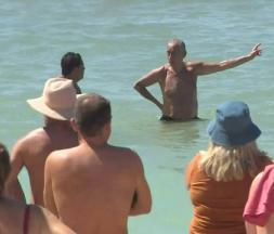 Le président portugais porte secours à des nageuses en détresse