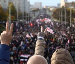 des milliers de personnes manifestent à Minsk
