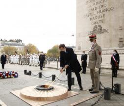 Emmanuel Macron rend hommage aux soldats tombés
