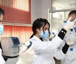 Personnel médical dans un laboratoire à Rabat © Chadi/Xinhua/MAX PPP