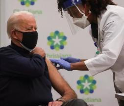 Joe Biden se fait vacciner en direct