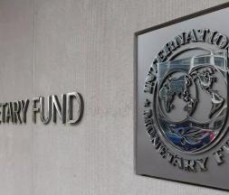 Une plaque du FMI au siège de l'organisation, à Washington © AFP