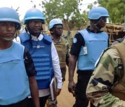 Des casques bleus de la Minusma patrouillent à pied © AFP