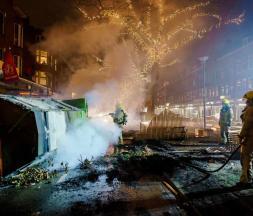 Plusieurs véhicules ont été incendiés à Amsterdam par les manifestants anti-couvre-feu