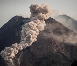 Indonésie : éruption du volcan du mont Merapi