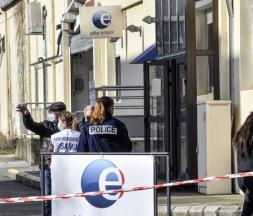 Devant l'agence Pôle emploi à Valence où une conseillère a été tuée, le 28 janvier 2021© AFP