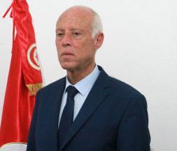 Le président tunisien Kaïs Saïed pose devant le drapeau tunisien, le 15 septembre 2019 à Tunis © AFP