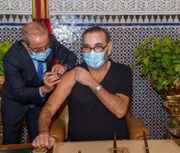 Le roi Mohammed VI se faisant vacciner contre la Covid-19 © DR