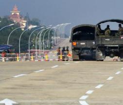 Des soldats bloquant une route allant au parlement birman, à Naypyidaw, après le coup d'État du 1er février 2021 © AFP