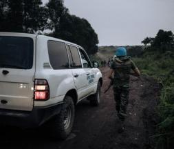 Un soldat de l'ONU escorte un véhicule médical près du village de Kibumba où l'ambassadeur italien en RDC a été tué dans une attaque, le 22 février 2021 © AFP