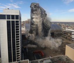 Le Trump Plaza Hotel and Casino d'Atlantic City part en fumée