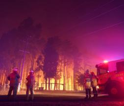 Les pompiers assistent à un incendie à Wooroloo, près de Perth, en Australie, le 1er février 2021 © AP