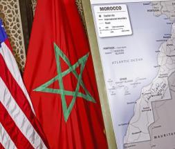 Les drapeaux des États-Unis et du Maroc à côté d'une carte du département d'État américain reconnaissant la souveraineté du royaume chérifien sur le Sahara occidental, à Rabat, le 12 décembre 2020 © AFP