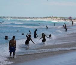 Vacanciers à Miami Beach, le lundi 22 mars 2021 © AP Photo/Wilfredo Lee