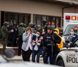 Devant le supermarché King Sooper's de Boulder, dans le Colorado, où une fusillade a eu lieu lundi 22 mars 2021 © Chet Strange, Getty Images via AFP