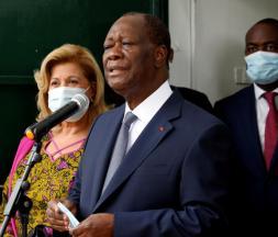 Le président ivoirien Alassane Ouattara s'exprime aux côtés de sa femme Dominique, après avoir voté aux législatives, le 31 octobre 2020 à Abidjan © Reuters