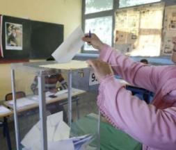 Une Marocaine vote lors des élections locales, à Casablanca, le 4 septembre 2015. © Abdeljalil Bounhar/AP/SIPA