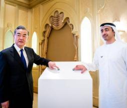 Cheikh Abdallah ben Zayed Al-Nahyane, ministre émirati des Affaires étrangères, et son homologue chinois Wang Yi. Abou Dhabi, le 28 mars 2021 ©  Reuters