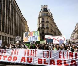 Des manifestants à la marche pour le climat à Paris, le 28 mars 2021 © AFP