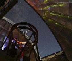 Cette photo de la Nasa, publiée le 11 mars 2021, montre la vue de l'intérieur du dôme du télescope infrarouge de la Nasa pendant une nuit d'observation, alors que le télescope de 3,2 mètres (10,5 pieds) au sommet du Mauna Kea d'Hawaï a été utilisé pour mesurer le spectre infrarouge de l'astéroïde 2001 FO32 © AFP / Nasa