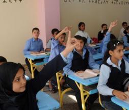 Des élèves lèvent la main lors d'un cours amazigh, le 27 septembre 2010 à Rabat
