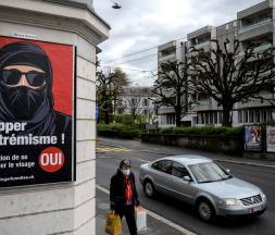 Une affiche de l'UDC, en Suisse, avant le vote sur l'initiative anti-burqa à Lausanne © AFP