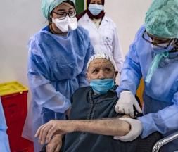 Un Marocain reçoit une dose de vaccin contre la Covid-19 à Salé en janvier 2021 © AFP