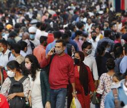 Les gens se pressent sur un marché pour faire des achats avant le festival de Diwalli à New Delhi, en Inde, jeudi 12 novembre 2020 © Manish Swarup/AP/SIPA