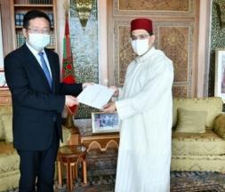 Li Changlin, nouvel ambassadeur de la Chine au Maroc, présentant la copie figurée de sa lettre de créance à Nasser Bourita, ministre des Affaires étrangères © DR