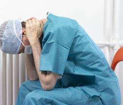 Covid-19 : comme partout dans le monde, les soignants de France sont dépassés