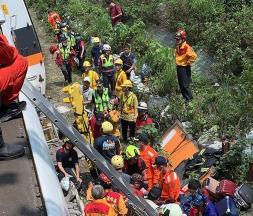 Des sauveteurs portent secours à des passagers du train, le 2 avril 2021, près de la ville côtière de Hualien, à Taïwan © CGTN