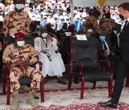Le président français, Emmanuel Macron, devant le nouveau chef de l'État tchadien, Mahamat Idriss Deby, alors qu'il arrive pour assister aux funérailles d'État du président tchadien, Idriss Déby, à N'Djaména au Tchad, le 23 avril 2021 © Christophe Petit Tesson, AFP