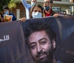 Un portrait du journaliste marocain détenu Omar Radi, lors d'une manifestation de soutien en septembre 2020 à Casablanca © AFP